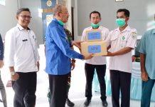 Bupati Natuna, Abdul Hamid Rizal menyerahkan bantuan alat pelindung diri. foto (ist)